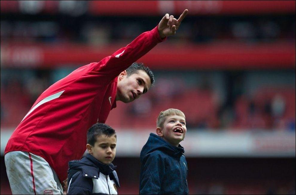 SLÅTT SEG TIL RO?: Her takker Robin van Persie Arsenal-fansen på Emirates, sammen med sin sønn (t.v.), etter sesongens siste hjemmekamp. Nå hinter han også til at han blir værende på Emirates, til tross for interesse fra flere storklubber. Foto: Bogdan Maran, AP