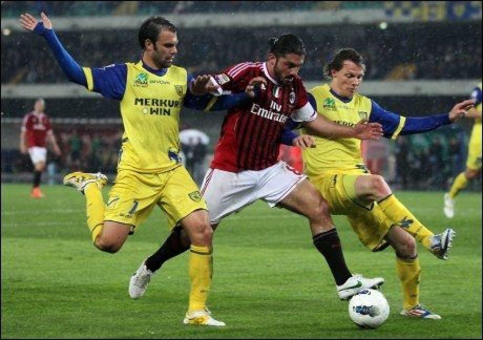 FORLATER MILAN Gennaro Gattuso forlater AC Milan etter denne sesongen. Her er han i en duell med Paolo Sammarco og Nicolas Frey i kampen mot Chievo i april. Foto: Felice Calabro / AP