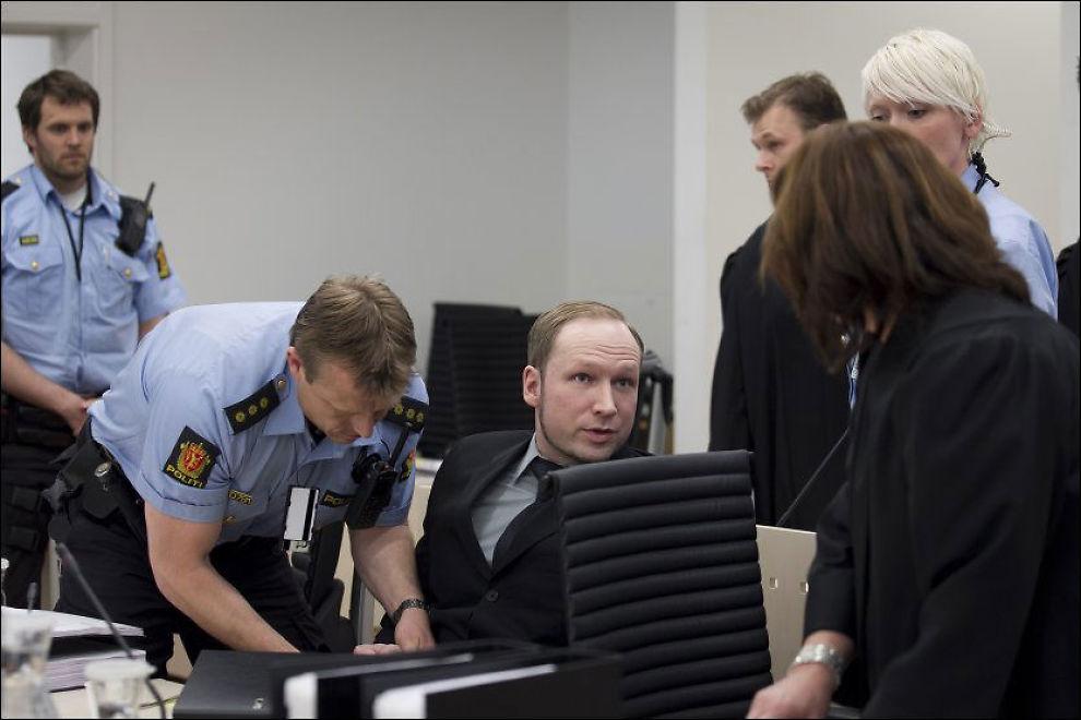 BLE ANGREPET: Haider Qasim kastet en sko mot Breivik under oppsummeringen av obduksjonsrapportene fra Utøya. Breivik ble påført håndjern og ført ut av salen. Foto: Scanpix