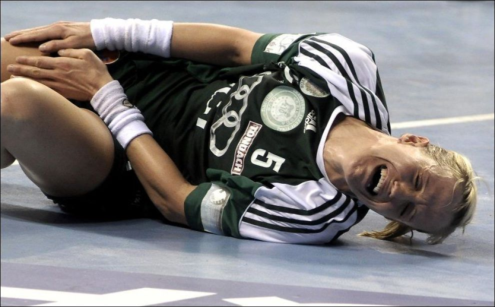 TAPTE: Heidi Løke og Györ tapte finalen mot Buducnost Podgorica. Her ligger den norske landslagsstjernen nede med skade. Foto: Risto Bozovic, Ap