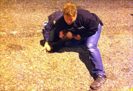 BASKETAK: Det er ikke første gang 27-åringen har havnet i trøbbel i Norge. Her blir den drapssiktede svenske mannen lagt i bakken av en dørvakt på utestedet Daimlers i Porsgrunn for halvannet år siden. Foto: Ronny Lande Foto: Ronny Lande