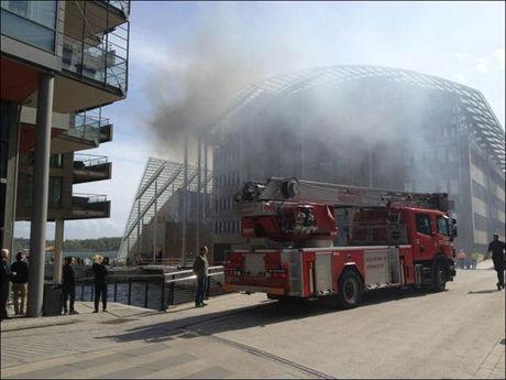 KRAFITG RØYKUTVIKLING: Røyken steg opp fra Aker Brygge mens det brant i kontorbygget. Foto: 2200-tipser