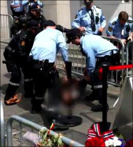 INTENST: Flere sikkerhetsvakter og politifolk kommer til, og de får kontroll over brannen. Foto: VGTV