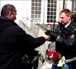BISTAND: Forbipasserende hjalp politiet ved å gi dem vannflasker til slukkingen. Etter hver kom også brannvesenet til. Foto: VGTV