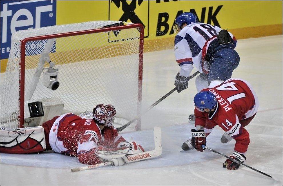SCORET: Her scorer Miroslav Satan sitt andre mål for kvelden mot Tsjekkia. Nå venter Russland i VM-finalen. Foto: AP