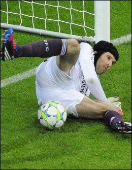 REDDET STRAFFE! Her redder Chelseas Petr Cech straffesparket fra Arjen Robben. Foto: AFP