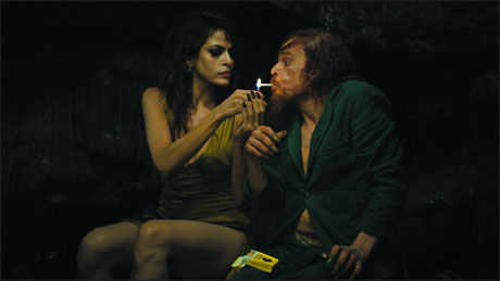 ABSURD: Eva Mendes spiller supermodell og Denis Lavant neste alle øvrige roller i «Holy Motors». Foto: CAROLINE CHAMPETIER