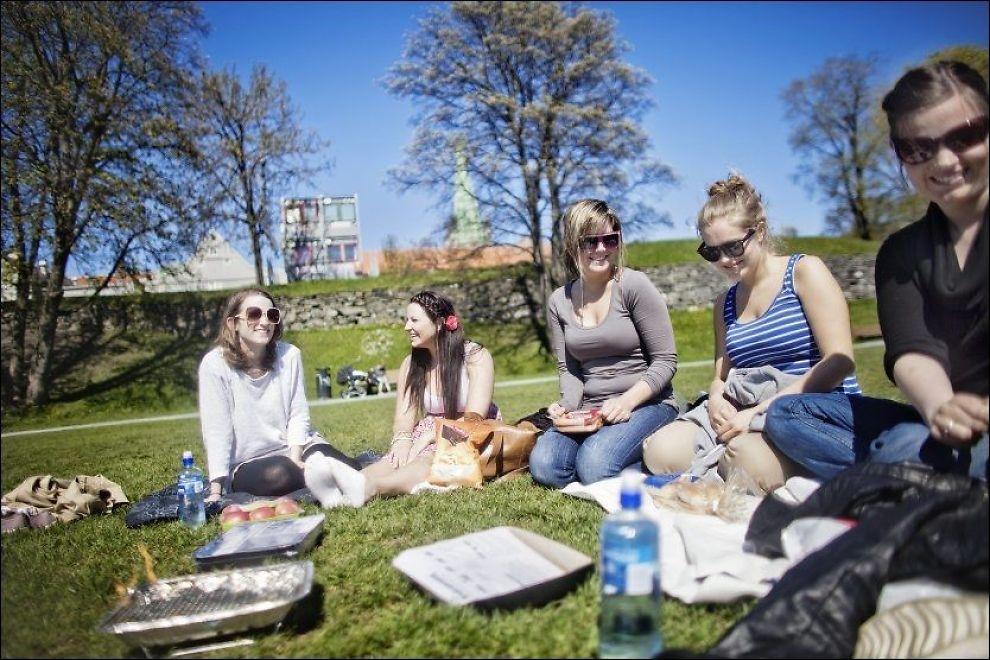 SOLVANTE: Ved Marinen nedenfor Nidarosdomen i Trondheim satt Lisa Øien (25) (f.v.), Karoline Strandbakken (22), Marit Lund Øien (22), Ida Berby (22) og Julie Øien (22) og grillet i solskinnet denne uken. Hvis du også har lyst til å nyte solen, bør du slå til mens den ennå titter frem. FOTO: ØYVIND NORDAHL NÆSS/VG