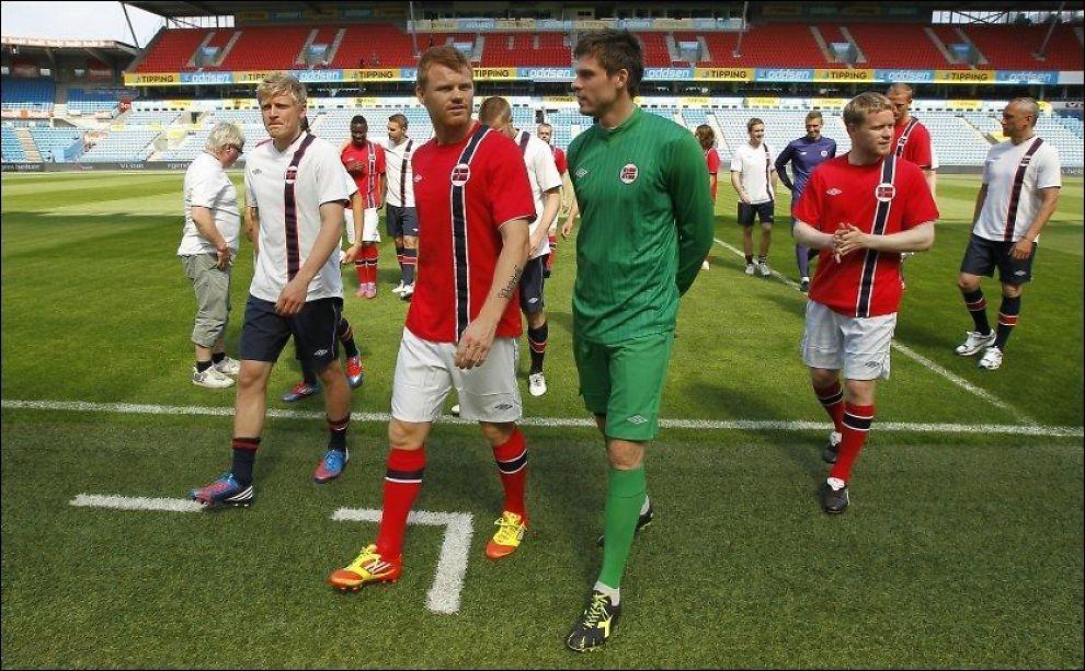 PÅ CATWALKEN: Jonathan Parr (f.v.), John Arne Riise, Rune Jarstein og Tom Høgli var blant fotballspillerne som viste frem de nye landslagsdraktene på Ullevaal stadion torsdag. Foto: Erlend Aas, NTB Scanpix