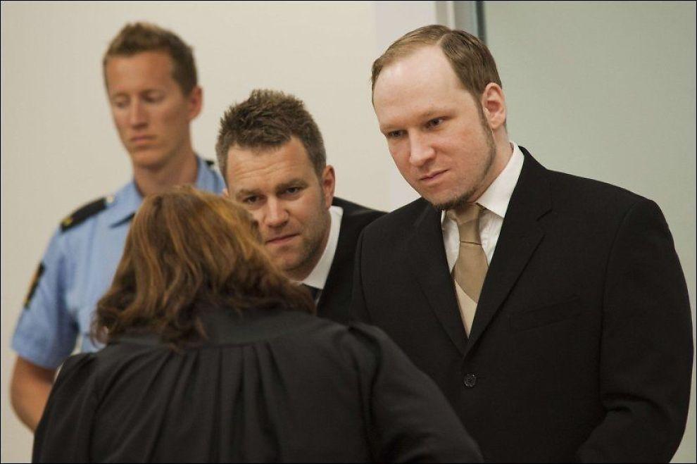 KLAGET OVER RIFT: Anders Behring Breivik klaget over en rift i fingeren da han var på Utøya, omringet av ungdommer han hadde tatt livet av og skadet. Foto: Fredrik Varfjell, AFP
