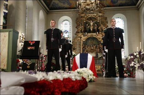KISTEN: Seks gardister står vakt ved krigsheltens kiste i Domkirken. Foto: Heiko Junge, NTB Scanpix