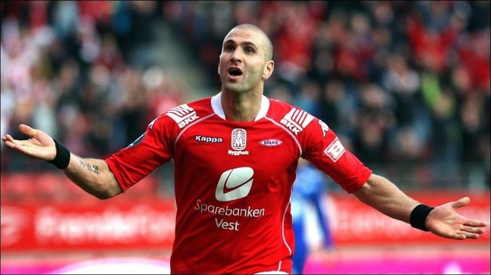 DEN STORE HELTEN: Azar Karadas, som her feirer et Brann-mål mot Molde i 2009, sørget for vinnermålet da Kasimpasa rykket opp i kveld. Foto: Hallgeir Vågenes, VG