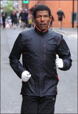 LØPER FORTSATT: Haile Gebrselassie varmer opp foran en løp i Manchester for en uke siden. Foto: Steve Searle/WENN.com