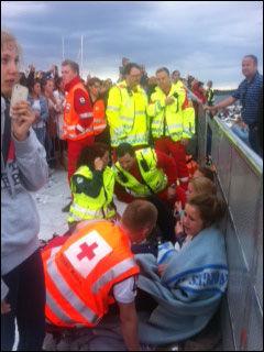 MÅTTE TAS HÅND OM: Mange jenter kollapset. Foto: MERETE GAMST