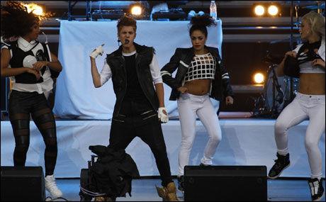 I AKSJON: Bieber og danserne. Foto: MATTIS SANDBLAD
