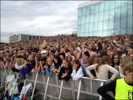 FULLT TAK: Operahuset i Bjørvika var fylt med «beliebers». Foto: LARS JOAKIM SKARVØY