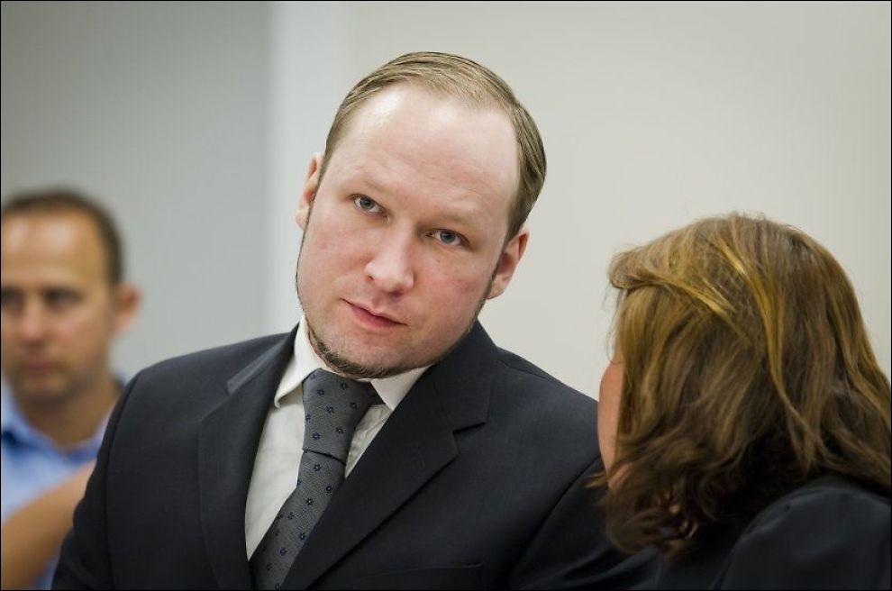 OPPSPINN: Politiet mener Anders Behring Breivik lyver om Knights Templar. Her er han i samtale med forsvarer Vibeke Hein Bæra. Foto: NTB scanpix