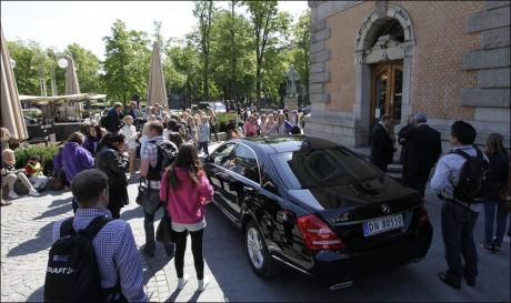 MIDT I OSLO: Justin Bieber og hans crew skal ha vært innom Nationaltheateret i Oslo. En fanskare har fulgt det som angivelig er Justins bil siden den kjørte ut fra hotellet Royal Christiania. Foto: Trond Solberg / VG