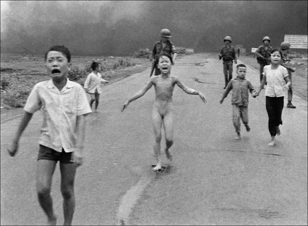 IKONISK: Om få dager er det nøyaktig 40 år siden fotografen Nick Ut sto på en vei utenfor landsbyen Trang Bang og så livredde barn som skrek av smerte løpe mot ham. Dette øyeblikket ble foreviget på fotofilm og kjent over hele verden som et uttrykk for smerten Vietnamkrigen påførte folket. Foto: Nick Ut/AP