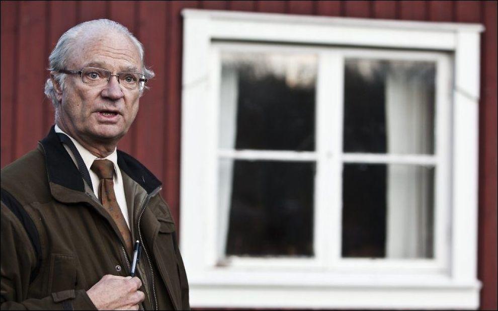 BENEKTET: Sveriges konge Carl Gustaf da han møtte pressen i forbindelse med den årlige elgjakten i 2010, rett etter at den første skandaleboken kom ut. Foto: JAN JOHANNESSSEN