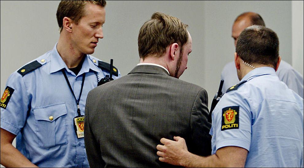 FØRT UT: Her føres Anders Behring Breivik (33) ut av rettssalen etter å ha langet ut mot aktoratet som ønsker å stille ham spørsmål om World of Warcraft (WoW). Foto: NTB scanpix