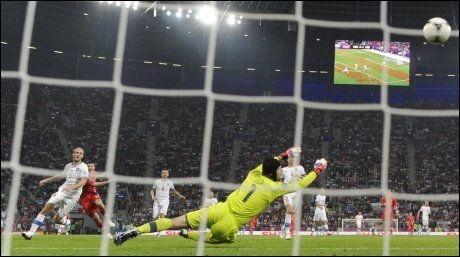 TOMÅLSSCORER: Her banker Alan Dzagoev inn 3-1 i oppgjøret mot Tsjekkia. Foto: Afp