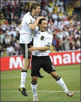 EM-STJERNE: Tysklands Mesut Özil kan bli EMs store stjerne, ifølge ekspertene. Her jubler han med Thomas Müller i 4-1-seieren over England i VM i 2010. Foto: Bjørn S. Delebekk, VG