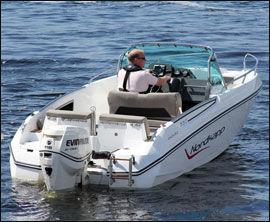 GJENNOMTENKT: Nordakpp er en av svært få norske båtprodusenter som lager redningsstiger som hjelper deg enkelt opp i båten igjen om du faller over bord. Foto: Jørn Finsrud (Båtliv)