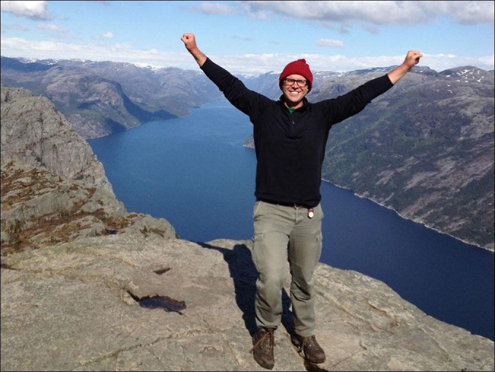 BEGEISTRET: Andrew Evans, også kjent som Digital Nomad, trekker frem Prekestolen som et av høydepunktene på norgesturen. Men han viftet ikke med tærne utenfor kanten! Foto: DIGITAL NOMAD