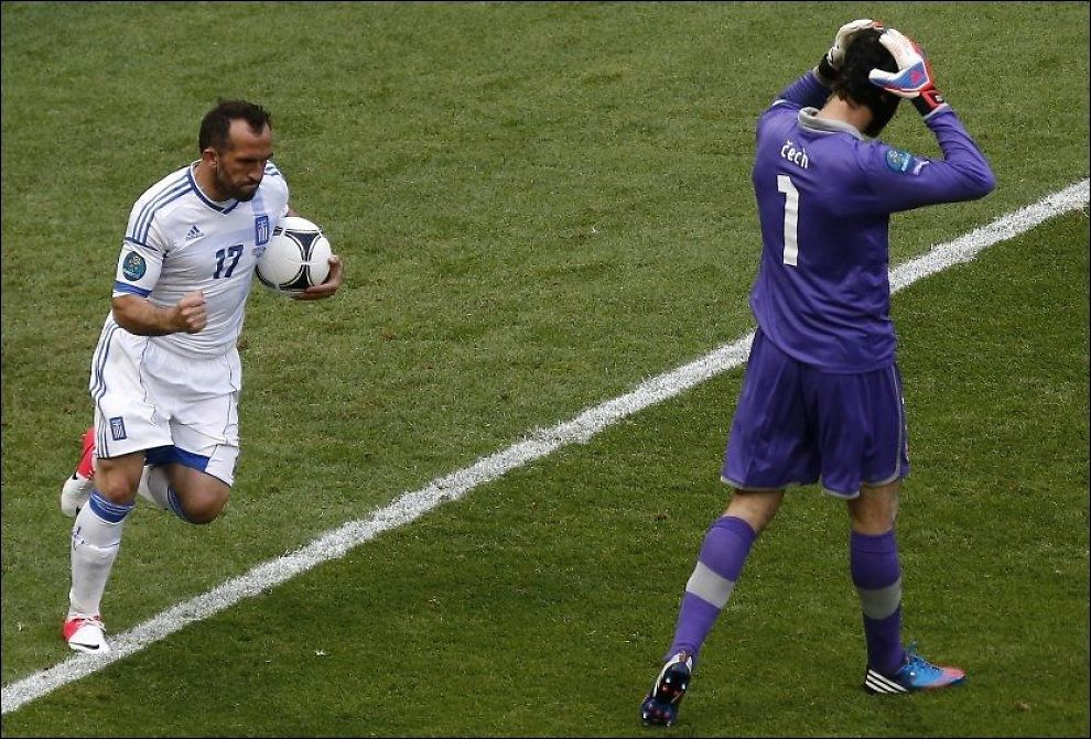 KEEPERTABBE: Petr Cech mistet ballen og ga bort et mål til Hellas og Fanis Gekas (t.v.). Foto: REUTERS/Kacper Pempel