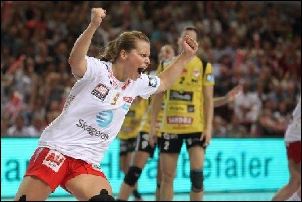 SKADEFORFULGT: Nora Mørk jubler her i champions league-finalen mellom Larvik og Itxako i fjor. Nå er hun forfulgt av skader og må holde seg en stund til på sidelinjen. Foto: Trond Reidar Teigen / Scanpix