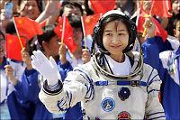 Kinas første kvinnelige astronaut på vei ut i rommet
