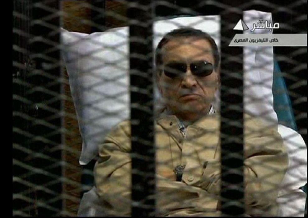 DØMT: Egypts tidligere president Hosni Mubarak sitter på dette videostillbildet fra 2. juni inne et bur i en rettssal i Kairo. En egyptisk dommer dømte Mubarak for medvirkning til drapene på demonstranter under opprøret som endte hans 30 år lange regime og ga ham livstid i fengsel. Foto: Reuters