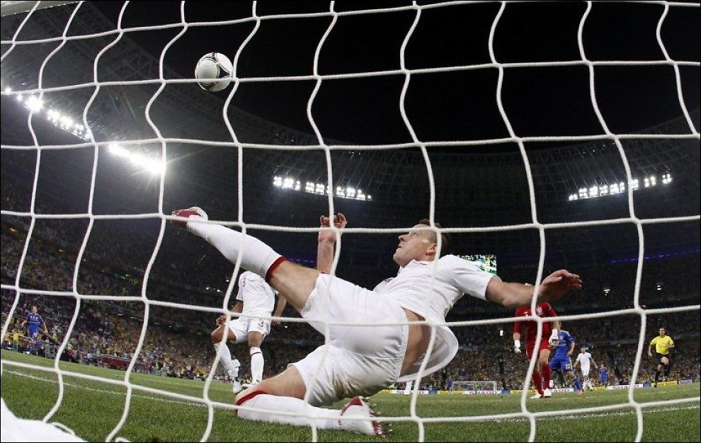 FOR SENT: Englands John Terry kom akkurat for sent til å hindre at ballen gikk over mållinjen, men akkurat tidsnok til å lure måldommeren. Foto: Matthias Schrader, AP