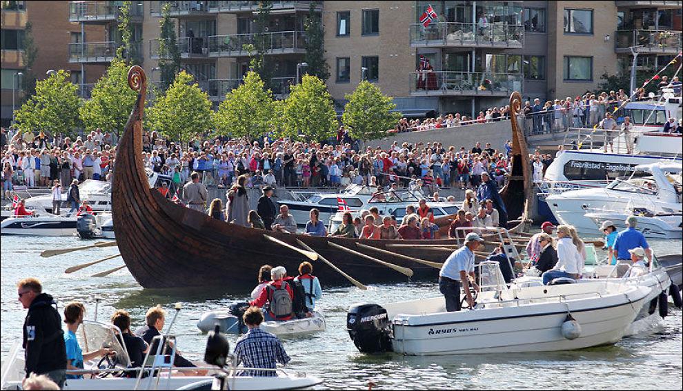 SJØDYKTIG SOM ORIGINALEN: Osebergskipet satt først litt fast før sjøsettingen, men gled til slutt ut i folkehavet. Foto: Jørn Finsrud (Båtliv)