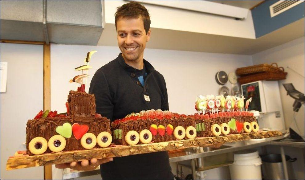 TUT-TUT: KrF-leder Knut Arild Hareides tante Evy har bakt tog-kake til bryllupet, som står på Moi lørdag. Foto: Hallgeir Vågenes