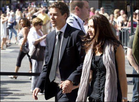 SAMMEN I SORGEN: Lisa Marie Larsen var for første gang med som følge på en offisiell seremoni da hun var med forloveden på minnekonsert i Oslo domkirke etter terrorangrepet 22. juli. Foto: Terje Bendiksby / NTB scanpix