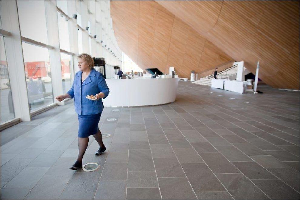 PSYKISK HJELP: Høyre-leder Erna Solberg vil en ordning med «fastpsykolog» for å gi raskere hjelp i kommunene. Foto: Lise Skogstad, VG (Arkivfoto)