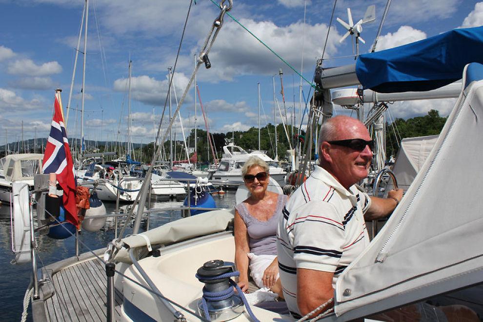 SER MYE UVETTIG KJØRING: Britt og Willy Hoff dro rett i båten ved Frognerkilen havn i Oslo etter å ha kommet hjem fra Spania i går. - Vi koser oss i båten, men ser mye grisekjøring, sier ekteparet. Foto: Målfrid Bordvik/VG