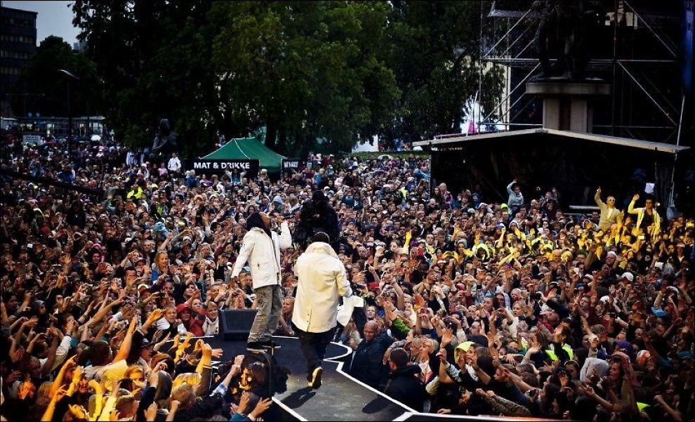 I 2010: Regnet høljet ned også da Madcon gikk på scenen på Rådhusplassen for to år siden. Likevel samlet nærmere 80.000 mennesker seg. Madcon er blant trekkplastrene også i kveld. Foto: MARKUS AARSTAD