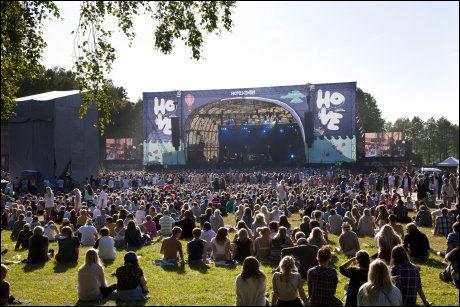 PENT VÆR: Torsdag kunne publikum på Hovefestivalen kose seg i solskinn, men fredag melder meteorologene om en grå dag. Foto: TOR ERIK SCHRØDER/ NTB SCANPIX