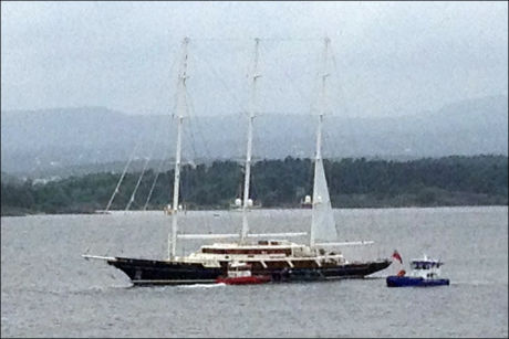 STOR BÅT: Den 92,92 meter lange båten har egne røykdykkere som samarbeider med brannvesenet i Oslo med å få kontroll på brannen. FOTO: Espen Olsen Langfeldt