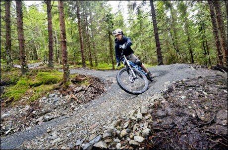 UTFORBAKKE: Haavard Herness får solid fart når han tester en av sykkelløypene i Oslo sommerpark. Foto: Gøran Bohlin