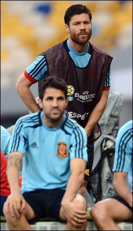 SCORER I KVELD: Xabi Alonso (bak) og Cesc Fabregas deler toppscorertittelen i det spanske laget sammen med Fernando Torres. Alle står med to mål foran møtet med Italia. Her er de avbildet på gårsdagens trening i Kiev. Foto: Bjørn S. Delebekk, VG