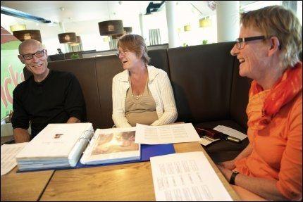 MØTTES PÅ KLØFTA: Søsknene Marianne Larsen Braathen og Grethe Larsen (t.h.) fikk møte tremenningen sin, Jørn Sørlie. Ingen av de tre har tenkt at de hadde slekt i USA. Foto: Kristian Helgesen