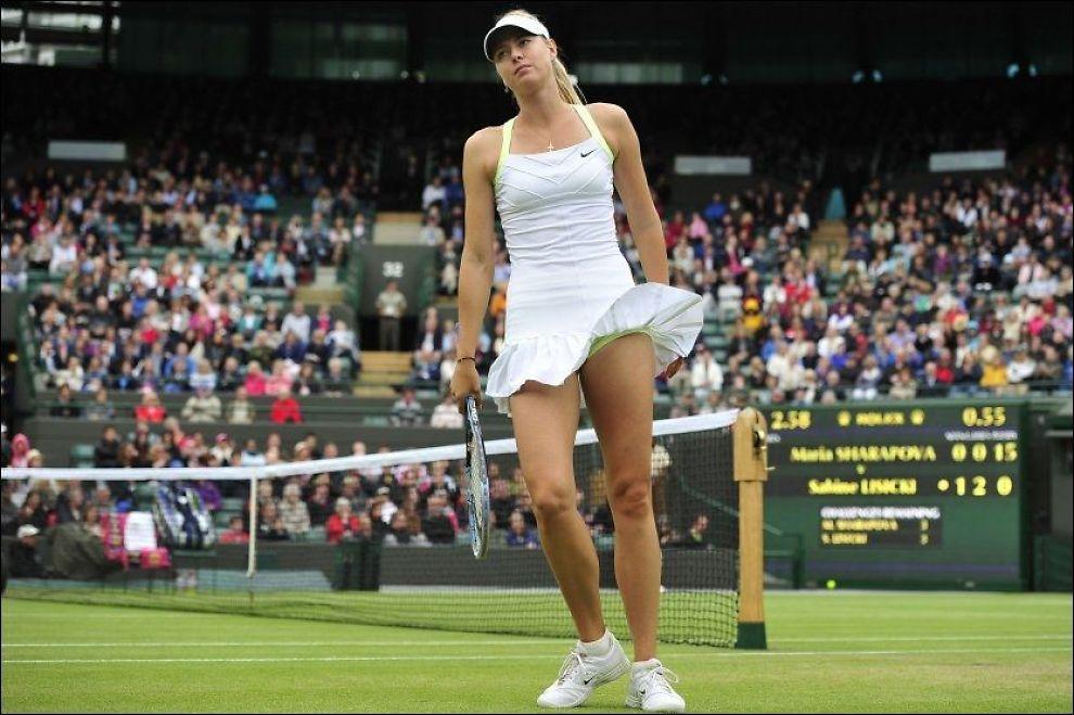 HELT BLÅST: Maria Sjarapova røk overraskande ut av Wimledon-turneringen allerede i fjerde runde i dag. Foto: AFP