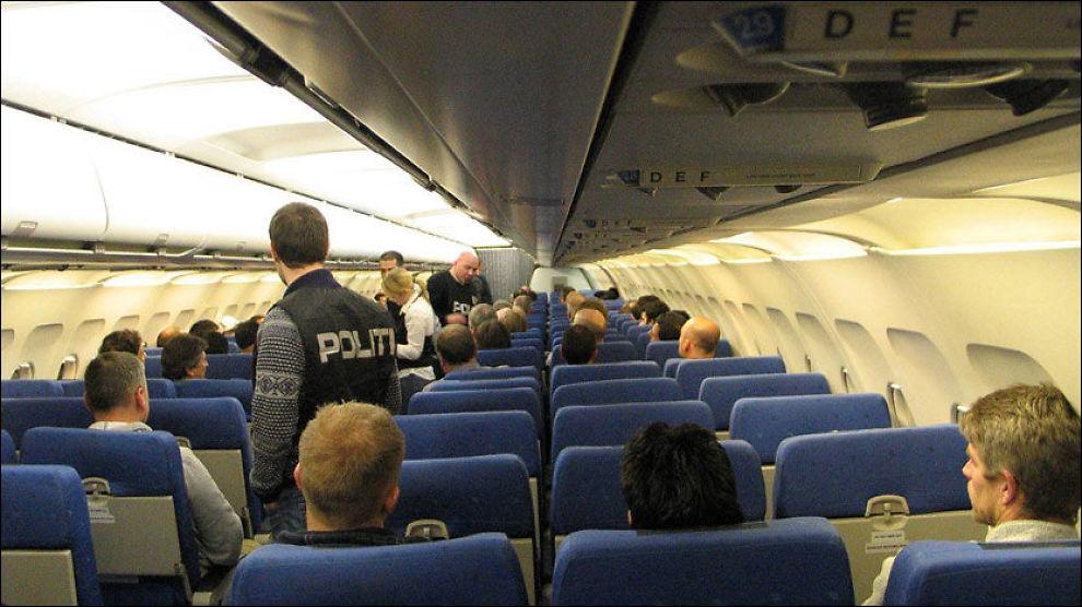 TVANGSRETUR: Tidligere har irakiske statsborgere blitt tvangsreturnert fra Norge. Nå åpner regjeringen for å gjøre det samme med somaliske statsborgere. Dette bildet er fra en tvangsretur til Bagdad i juni 2009. Foto: Roar Hanssen / Politiets utlendingsenhet