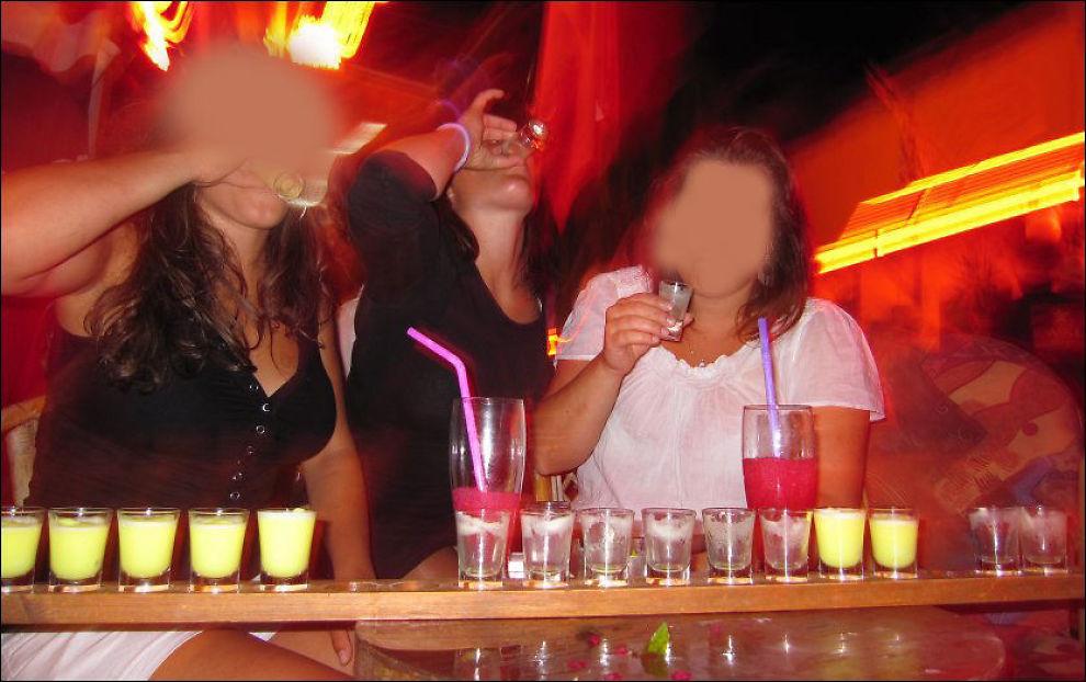 MYE DRIKKE: En jentegjeng på Kos i Hellas i 2009 har fått en planke full av shoter på bordet. Foto: Rune Thomas Ege