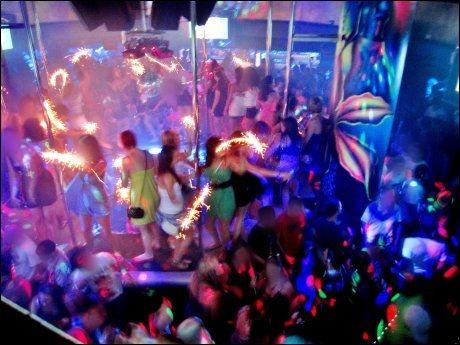 NATTKLUBB: Ungdommer fester i Ayia Napa på Kypros. Foto: Rune Thomas Ege