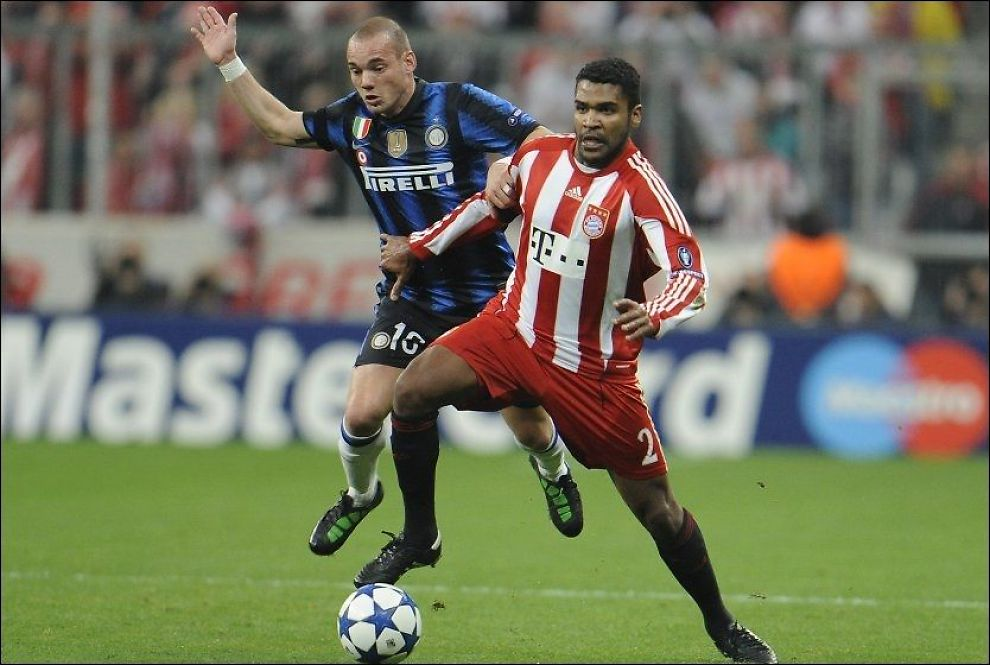 PÅ BANEN: Breno holder kontroll på ballen foran Wesley Sneijder i en Champions League-kamp i mars 2011. Foto: Kerstin Joensson, AP